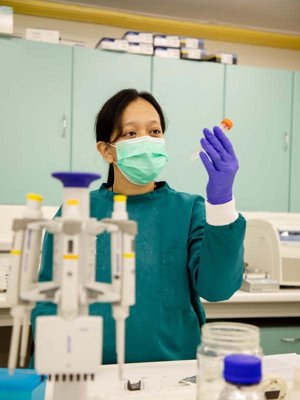 Frilasita Aisyah Yudhaputri, salah satu peneliti Eijkman yang terlibat dalam riset pemetaan DNA virus SARS-CoV-2. (dok. L'Oreal Indonesia/Dinny Mutiah)