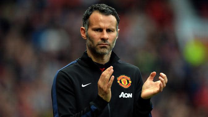 Pada 2014, Ryan Giggs memutuskan pensiun dari sepak bola dan melanjutkan karier sebagai asisten Louis van Gaal yang menjadi pelatih Manchester United saat itu. (AFP/Paul Ellis)