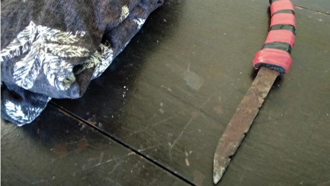 Pisau yang digunakan pelaku saat membunuh korban, disimpan sejak masih berusia 10 tahun.(Liputan6.com/Ahmad Akbar Fua)