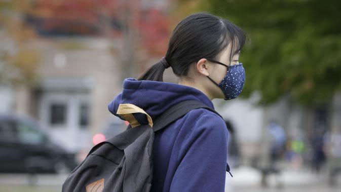 Seorang siswa yang mengenakan masker berjalan ke sekolah di Vancouver, British Columbia, Kanada, 21 September 2020. Paparan COVID-19 telah dilaporkan di sedikitnya 20 sekolah di British Columbia sejak para siswa kembali belajar di sekolah du
