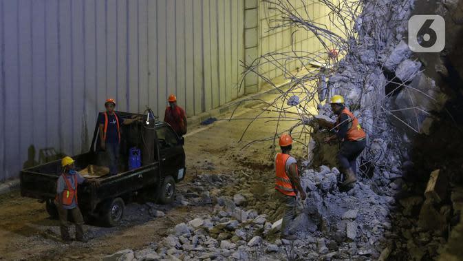 Pekerja menyelesaikan proyek pembangunan underpass Senen Extension, Jakarta, Minggu (3/5/2020). Meski dalam penerapan Pembatasan Sosial Berskala Besar (PSBB) akibat pandemi COVID-19, pengerjaan proyek yang ditargetkan selesai pada Desember 2020 tetap berjalan. (Liputan6.com/Helmi Fithriansyah)