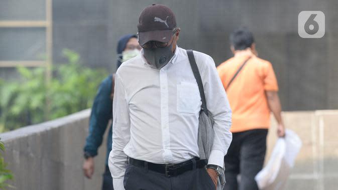 Direktur Produksi PT Dirgantara Indonesia (PTDI) 2015-2019, Arie Wibowo meninggalkan Gedung KPK usai menjalani pemeriksaan di Jakarta, Jumat (12/6/2020). Arie Wibowo diperiksa dalam kasus dugaan korupsi pengadaan dan pemesanan pesawat di lingkungan PTDI pada 2007-2017. (merdeka.com/Dwi Narwoko)