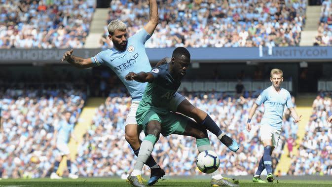 Striker Manchester City, Sergio Aguero, berebut bola dengan pemain Tottenham Hotspur, Davinson Sanchez, pada laga Premier League di Stadion Etihad, Sabtu (20/4). Manchester City menang 1-0 atas Tottenham Hotspur. (AP/Rui Vieira)