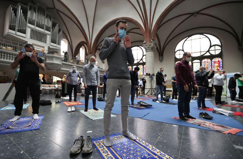 Muslim yang sholat di Gereja Berlin harus terapkan jarak sosial