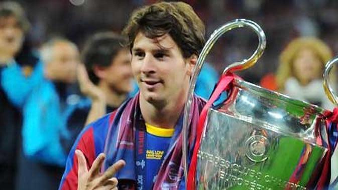 Bintang Barcelona Lionel Messi menggendong trofi Liga Champions setelah mengalahkan Manchester United 3-1 pada partai final di Wembley Stadium, London, 28 Mei 2011. AFP PHOTO/LLUIS GENE