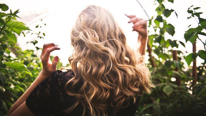 Ilustrasi rambut ikal.   pexels.com/@timmossholder