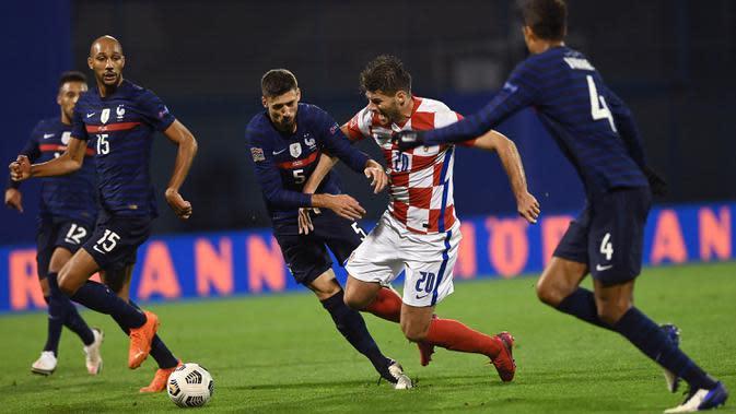 Bek Prancis, Clement Lenglet, berebut bola dengan penyerang Kroasia, Bruno Petkovic, pada laga lanjutan UEFA Nations League 2020/2021 di Maksimir Stadium, Kamis (15/10/2020) dini hari WIB. Prancis menang 2-1 atas Kroasia. (AFP/Franck Fife)