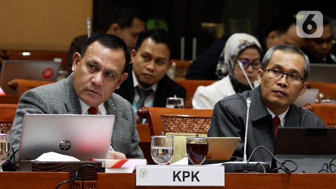 Ketua KPK Firli Bahuri (kiri) bersama Wakil Ketua KPK Alexander Marwata saat Rapat Dengar Pendapat (RDP) dengan Komisi III DPR di Kompleks Parlemen, Jakarta, Senin (27/1/2020). RDP membahas rencana kinerja KPK tahun 2020 serta tugas Dewan Pengawas. (Liputan6.com/Johan Tallo)