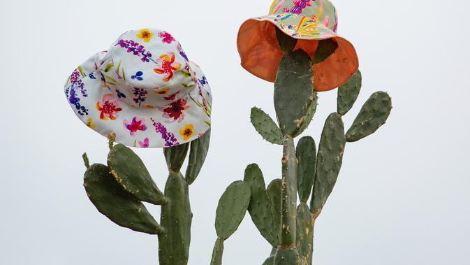 Reversible bucket hat dengan 4 motif pilihan.