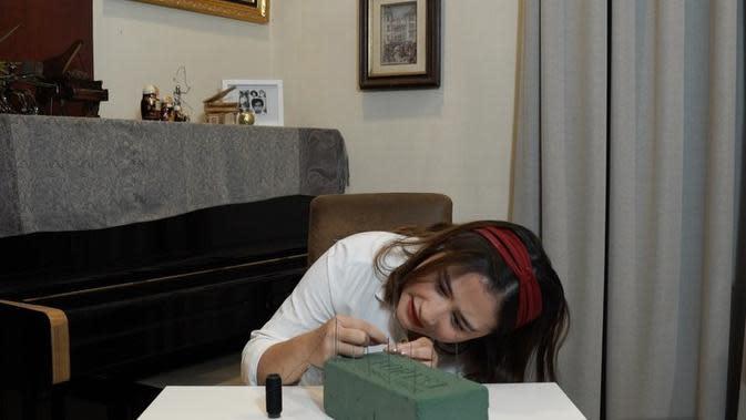 Kalau yang satu ini, sepertinya Prilly berada di ruang santai. Terlihat piano berwarna hitam berada di belakang Prilly yang tengah berlomba virtual memasukan benang ke jarum saat hari Kemerdekaan Indonesia belum lama ini. (Instagram/prillylatuconsina96)