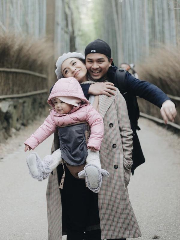 Rona bahagia tengah dirasakan keluarga kecil Glenn Alinskie, Chelsea Olivia dan Natusha. Sebentar lagi, mereka akan kedatangan anggota keluarga baru, mengingat sekarang ini Chelsea tengah hamil anak keduanya. Lalu bagaimana dengan Natusha yang akan jadi kakak? (Instagram/chelseaoliviaa)