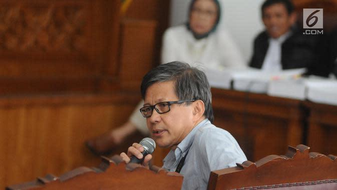 Akademisi Rocky Gerung saat menjadi saksi pada persidangan Ratna Sarumpaet di PN Jakarta Selatan, Selasa (23/4). Rocky Gerung menjadi salah satu saksi yang dihadirkan oleh Jaksa Penuntut Umum di persidangan kasus berita bohong Ratna Sarumpaet. (Liputan6.com/Herman Zakharia)