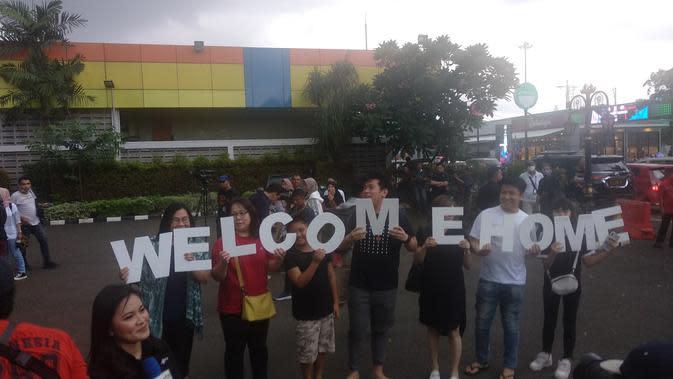 Tiba di Halim, Keluarga WNI Sambut dengan Tulisan Welcome Home