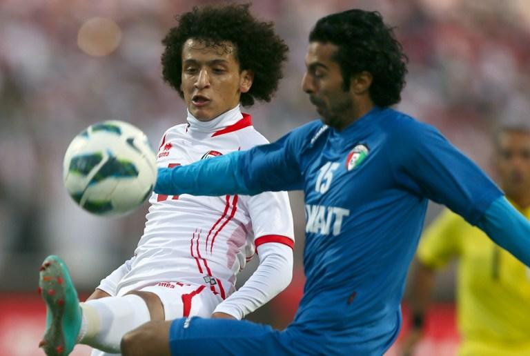 Omar Abelrahman (L) of United Arab Emirates vies for the ball against Waleed Aly of Kuwait during the two teams' semi-final match in the 21st Gulf Cup in Manama, on January 15, 2013. AFP PHOTO/MARWAN NAAMANI