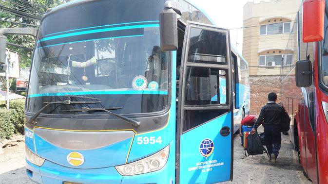Pihak Damri mengeluarkan bus bantuan untuk mengangkut calon penumpang dari Pool di Bandung ke Bandara Kertajati. (Liputan6.com/Huyogo Simbolon)