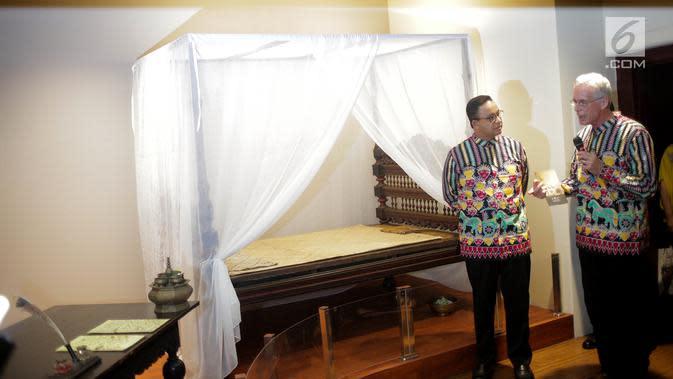 Gubernur DKI Jakarta Anies Baswedan saat mendengarkan penjelasan Sejarawan Peter Carey pada peresmian Kamar Diponegoro, di Museum Sejarah, Jakarta, Senin (1/4). Kamar Diponegoro merupakan salah satu ruangan yang digunakan selama 26 hari penahanan di Balai Kota Batavia. (Liputan6.com/Faizal Fanani)