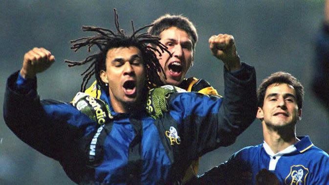 Rudd Gullit (kiri) melakukan selebrasi usai mencetak gol ke gawang Newcastle pada Piala FA di Newcastle, 17 Januari 1996. Saat ini, Ruud Gullit sedang menganggur sehingga punya peluang menjadi pelatih Timnas Indonesia. (JOHN GILES/AFP)