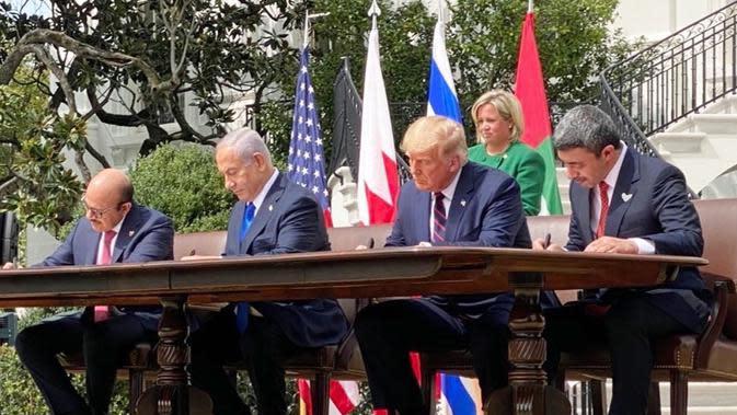 Presiden AS Donald Trump dan perwakilan Israel, Bahrain, dan Uni Emirat Arab menandatangani Perjanjian Abraham di Gedung Putih. Dok: Twitter Ivanka Trump @ivankatrump