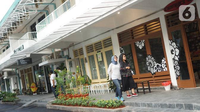 Pengunjung beraktivitas di sekitar kawasan M Bloc Space, Blok M, Jakarta, Senin (14/10/2019). Ruang kreatif baru tersebut lahir dari rumah dinas Peruri yang sempat terabaikan selama puluhan tahun. (Liputan6.com/Immanuel Antonius)