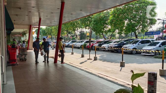 Aktivitas pengunjung di Rest Area Km 13,5 di Tol Tangerang, Banten, Selasa (19/5/2020). Jelang Lebaran 2020, PT Jasamarga Related Business (JMRB) menerapkan PSBB di semua rest area yang dikelolanya dengan membatasi waktu singgah pengunjung maksimal 30 menit. (Liputan6.com/Angga Yuniar)