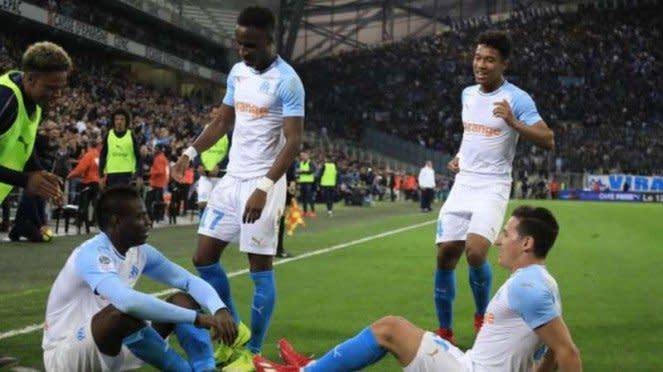 Striker Olympique Marseille, Mario Balotelli, rayakan gol.