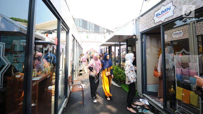 Pengunjung memasuki Rumah Kreatif BUMN (RKB) binaan BNI saat Launching Halal Park di Senayan Jakarta, Selasa (16/4). Halal Park yang akan bertransformasi menjadi Halal Distrik diharapkan menjadi tempat bagi para pelaku di industri halal untuk mengembangkan ide kreatifnya. (Liputan6.com/Angga Yuniar)