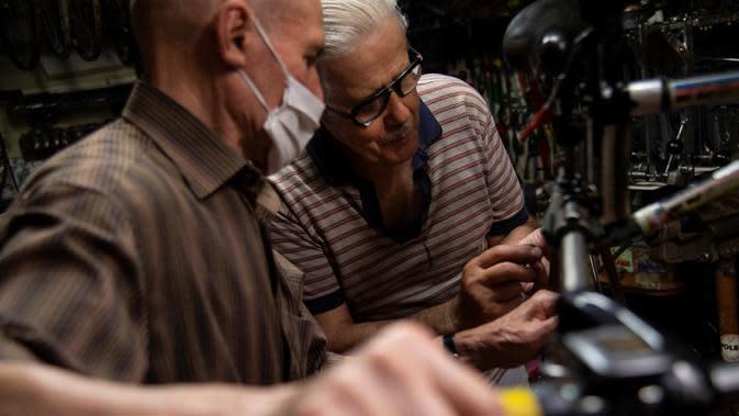 Raffaello Bianco, mekanik dan pecinta sepeda bekerja di bengkel mekaniknya di ruang bawah tanah apartemennya di Turin, Italia, 7 Juli 2020. Pada tahun 1985 Raffaello Bianco memutuskan untuk mendirikan sebuah garasi kecil dekat rumahnya di Turin dan membangunnya perlahan-lahan. (MARCO BERTORELLO/AFP)