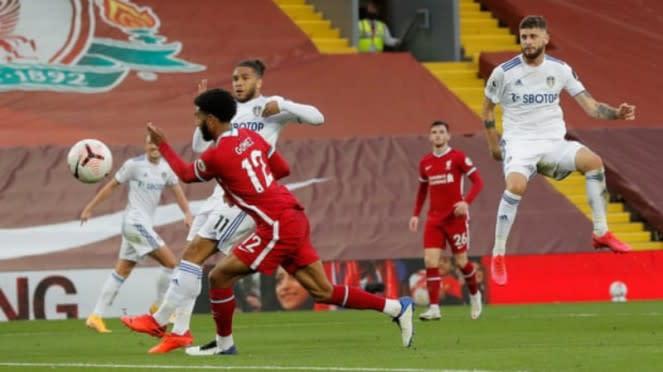Gol ketiga Leeds United ke gawang Liverpool dicetak Mateusz Klich (kanan)