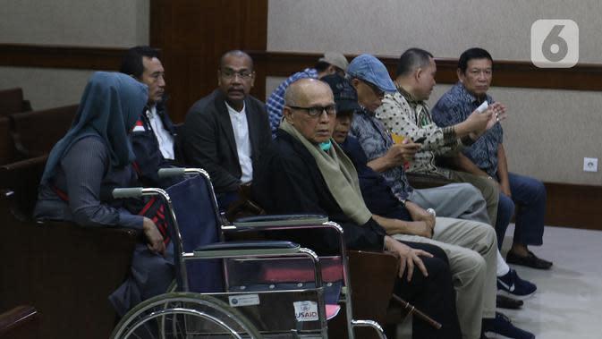Terdakwa Kivlan Zen bersiap memberikan kesaksian dalam sidang kasus kepemilikan senjata api ilegal di Pengadilan Negeri Jakarta Pusat, Selasa (7/1/2020). Kivlan menjadi saksi untuk terdakwa Habil Marati atas kasus kepemilikan senjata api ilegal. (Liputan6.com/Herman Zakharia)