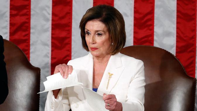 Ketua DPR Amerika Serikat Nancy Pelosi merobek naskah pidato kenegaraan Presiden Donald Trump dalam Kongres di Capitol Hill, Washington, Selasa (4/2/2020). Pelosi adalah salah satu tokoh terdepan di balik proses pemakzulan yang dilayangkan kepada Trump. (AP Photo/Alex Brandon)