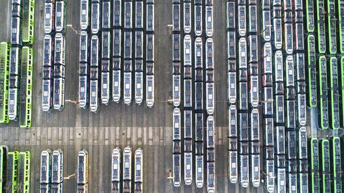 Kendaraan kereta ringan Hannoversche Verkehrsbetriebe diparkir saat matahari terbit di depot Duehren, Hannover, Selasa (29/9/2020). Dalam konflik upah layanan publik, penghentian pekerjaan juga akan diperluas secara signifikan di Lower Saxony. (Julian Stratenschulte/dpa via AP)