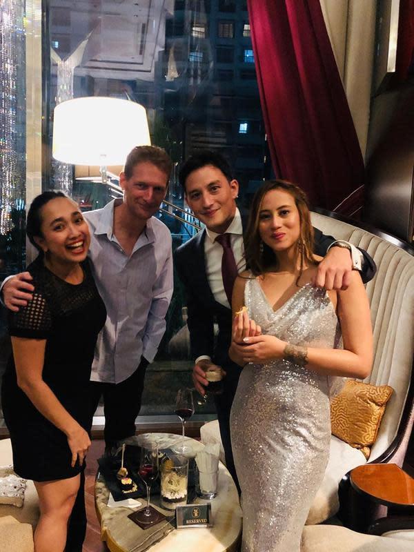 Mike Lewis dan kekasihnya, Janisaa Pradja, melangsungkan pertunangan di Raffles Hotel Jakarta pada Jumat (15/11/2019) lalu. (Sumber: Instagram/@sucilandon)