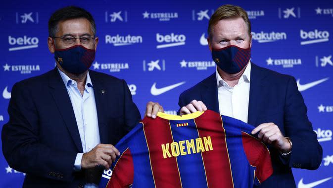 Ronald Koeman (kanan) pada presentasi sebagai pelatih baru Barcelona didampingi presiden klub Josep Bartome, Rabu (19/8/2020). (AP Photo/Joan Monfort)