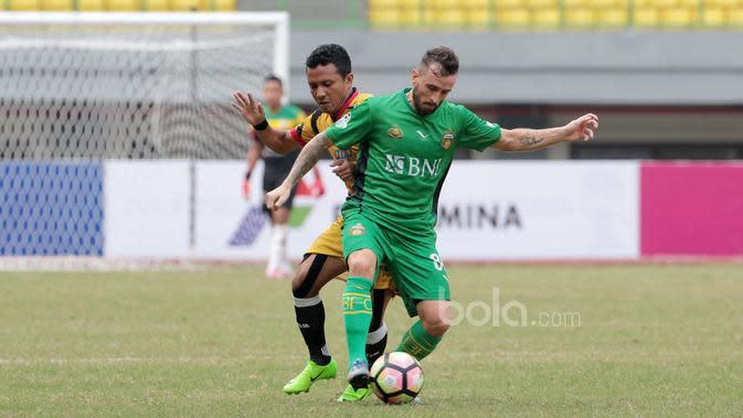 Pemain baru Tira Persikabo, Hendra Adi Bayauw (kiri). (Dok. Bola.com)