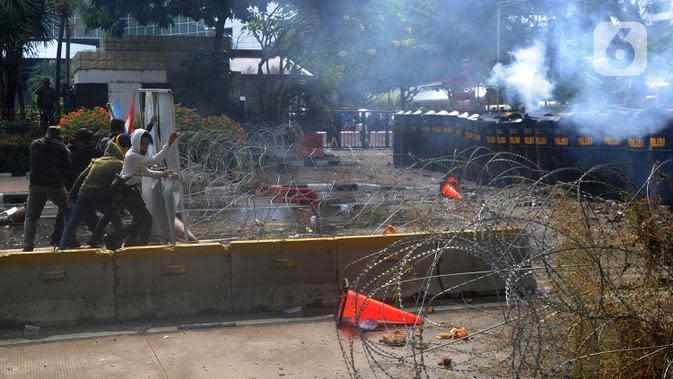 Polisi terlibat bentrok dengan pengunjuk rasa yang menolak UU Cipta Kerja di kawasan Patung Kuda, Jakarta, Kamis (8/10/2020). (merdeka.com/Arie Basuki)