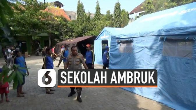 VIDEO: SDN di Pasuruan Ambruk, Murid Belajar di Mana?