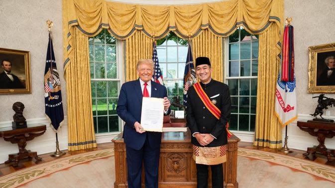 Duta Besar RI untuk AS M. Lutfi bersama dengan Presiden AS Donald Trump di Ruang Oval, Gedung Putih. (Dok: KBRI Washington D.C/ Kemlu RI)