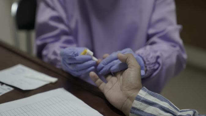 Pemprov Jabar menggelar pemeriksaan Rapid Diagnostic Test (RDT) Covid-19 terhadap kurang lebih 300 tenaga kesehatan dan staf RSHS Bandung di Poliklinik Anggrek, Rabu (25/3/2020). (Foto: Humas Jabar)