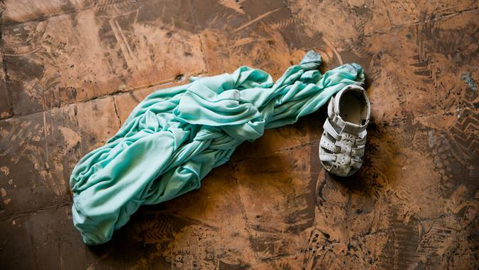 Sepatu dan baju anak-anak tergeletak di dalam Panti Asuhan Church of Bible Understanding setelah di pinggiran Port-au-Prince, ibu kota Haiti, Jumat (14/2/2020). Pihak berwenang masih menyelidiki penyebab pasti kebakaran serta mengidentifikasi siapa yang harus bertanggung jawab. (AP/Dieu Nalio Chery)