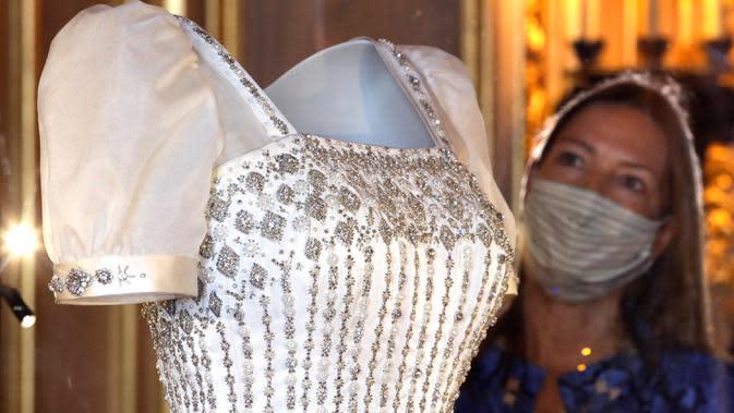 Deputy Surveyors of The Queen's Works of Art Caroline de Guitaut melihat gaun pengantin Putri Inggris Beatrice sebelum dipamerkan kepada publik di Kastil Windsor, Windsor, Rabu (23/9/2020). Gaun itu akan dipamerkan di depan umum di Kastil Windsor mulai 24 September. (AP Photo/Kirsty Wigglesworth)