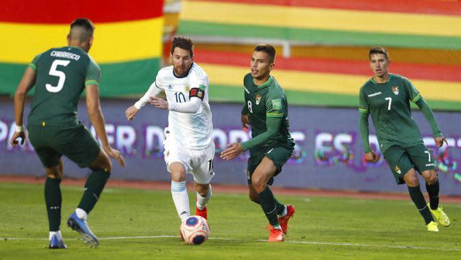 Pemain Argentina Lionel Messi (kedua kiri) menggiring bola saat menghadapi Bolivia pada pertandingan kualifikasi Piala Dunia 2022 di La Paz, Bolivia, Selasa (13/10/2020). Argentina puncaki klasemen kualifikasi Piala Dunia 2022 zona Conmebol usai menundukkan Bolivia 2-1. (AP Photo/Juan Karita)