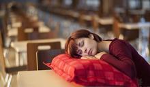 午睡趴著當心越來越累!除了專家建議的「正確姿勢」 想睡得好還有6訣竅