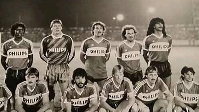 Ruud Gullit (kanan atas berdiri) dan PSV PSV Eindhoven saat datang ke Indonesia. (Dok. Koleksi Jadoel)