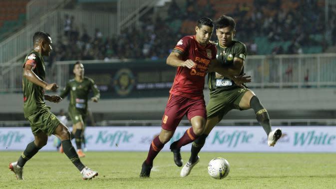 Striker Borneo FC, Matias Conti, berebut bola dengan pemain Tira Persikabo pada laga Shopee Liga 1 di Stadion Pakansari, Bogor, Minggu (1/9). Borneo tahan imbang 2-2 Tira Persikabo. (Bola.com/Yoppy Renato)