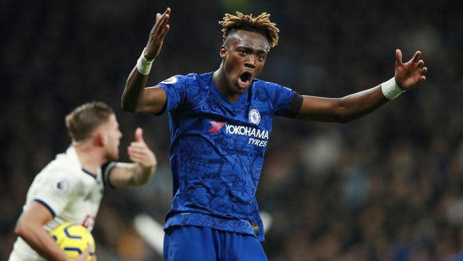 Striker Chelsea, Tammy Abraham, saat pertandingan melawan Tottenham Hotspur pada laga Premier League di Stadion Tottenham Hotspur, Minggu (22/12). Chelsea menang dengan skor 2-0. (AP/Ian Walton)