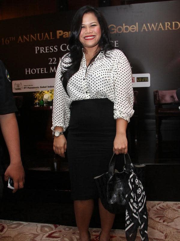 Penampilan berbeda juga terlihat dari presenter Okky Lukman. Perempuan kocak itu terlihat lebih langsing dari biasanya. Namun, ia tidak menjelaskan turun berat badannya. (Kapanlagi.com)