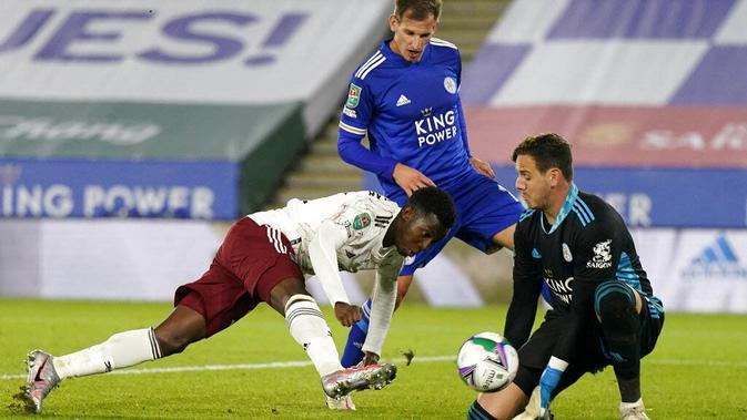 Pemain Arsenal, Eddie Nketiah, mencetak gol ke gawang Leicester City pada laga Piala Liga Inggris di Stadion King Power, Kamis (24/9/2020). Arsenal menang dengan skor 2-0. (Tim Keeton/Pool via AP)