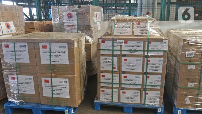 Karton berisi alat kesehatan bantuan investor China terlihat di Terminal Kargo 530 Bandara Internasional Soekarno Hatta, Jumat (27/3/2020). Investor China membantu 40 ton alat kesehatan untuk menangani virus corona COVID-19. (Liputan6.com/Herman Zakharia)