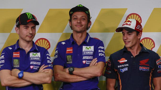 Pembalap Spanyol Jorge Lorenzo (kiri), Pembalap Spanyol Marc Marquez (kanan), dan Pembalap Italia Valentino Rossi (tengah) saat press conference di Sepang International Circuit, Malaysia, 22 October 2015. (EPA / Fazry Ismail)