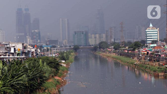Suasana pemukiman kumuh padat penduduk di bantaran kali di Jakarta, Selasa (4/8/2020). Menurut Badan Pusat Statistik (BPS), jumlah penduduk miskin Indonesia meningkat sebanyak 1,63 juta orang dari September 2019 hingga Maret 2020. (Liputan6.com/Angga Yuniar)